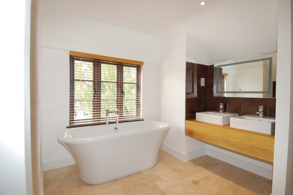 9 Yarnton Road ensuite (Medium).jpg